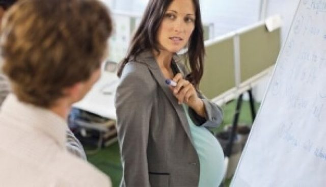 Оплачивается ли отпуск по беременности и родам при срочном трудовом договоре?