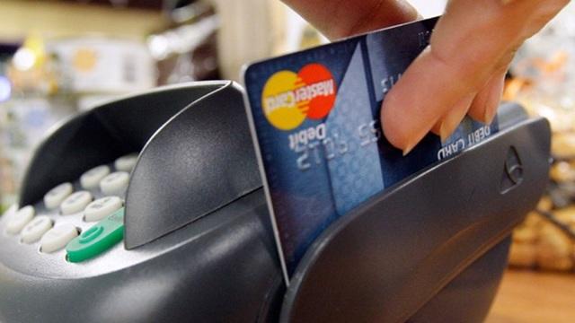 По какому курсу списываются средства с карточного счета, если валюта операции и валюта карты не совпадают?