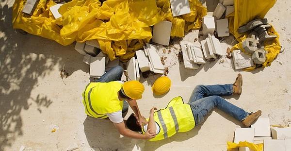 Как работнику получить выплаты при несчастном случае на производстве?